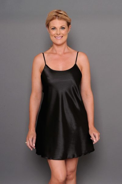 Chezvue short satin chemise black